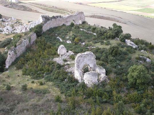 Imagen de la antigua iglesia y murallas de la Villavieja