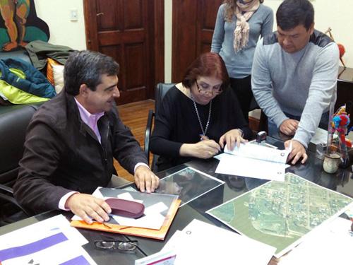Firma del convenio en Santa Fe (Argentina) Dr. Agustín Azkarate y la ministra de Innovación y Cultura del Gobierno de Santa Fe, Dra. María de los Ángeles González