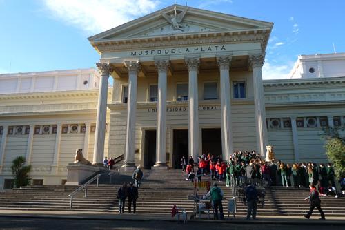 Acceso museo de La Plata. Dr. Agustín Azkarate y Dr. Ana Igareta